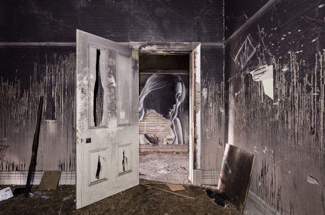 Дивовижні портрети жінок на стінах покинутих будинків - фото 355124