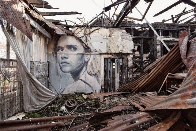 Дивовижні портрети жінок на стінах покинутих будинків - фото 355128