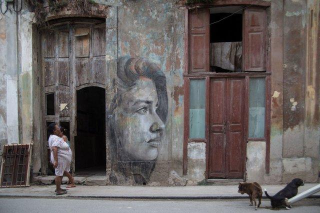 Дивовижні портрети жінок на стінах покинутих будинків - фото 355130