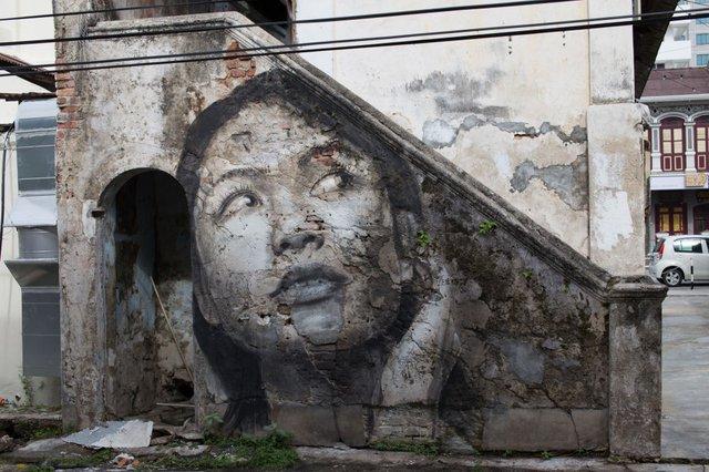Дивовижні портрети жінок на стінах покинутих будинків - фото 355131