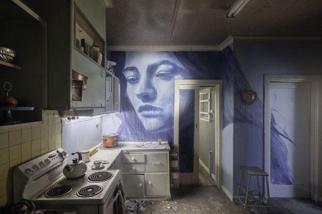 Дивовижні портрети жінок на стінах покинутих будинків - фото 355132