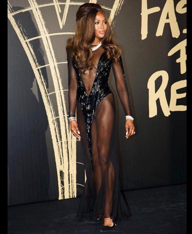 Наомі Кемпбелл знялася без білизни у голій сукні - фото 355346