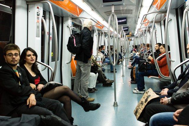 Ручки та перила у громадському транспорті – місце скупчення бактерій - фото 355532