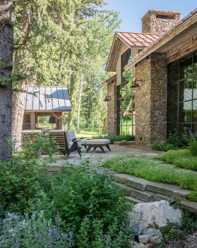 Як виглядає ідеальний дім для відпочинку на краю лісу (фото) - фото 355718