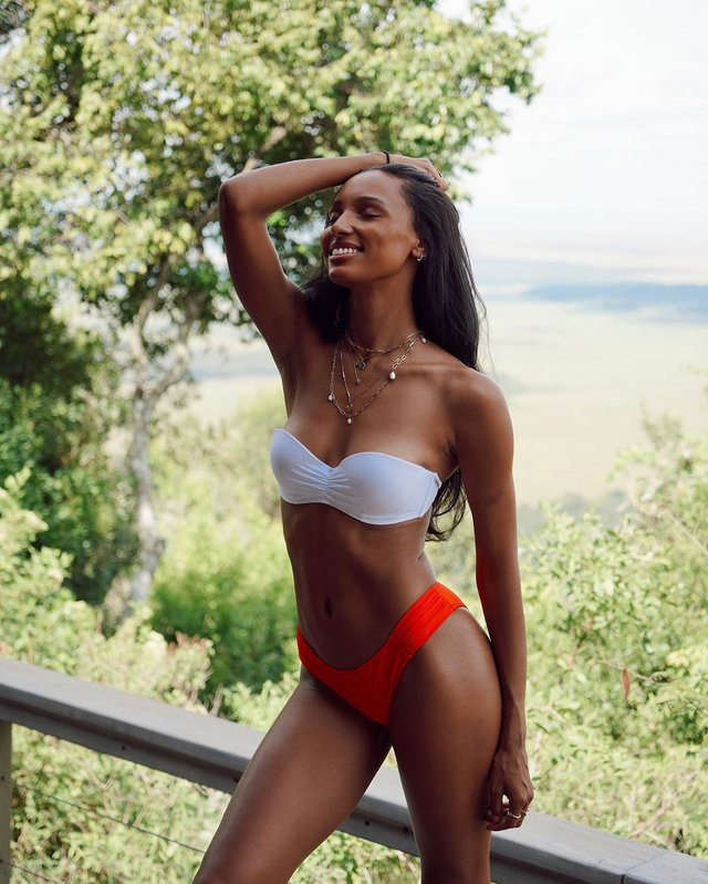 Модель Victoria's Secret показала природну вроду на пляжі - фото 355892