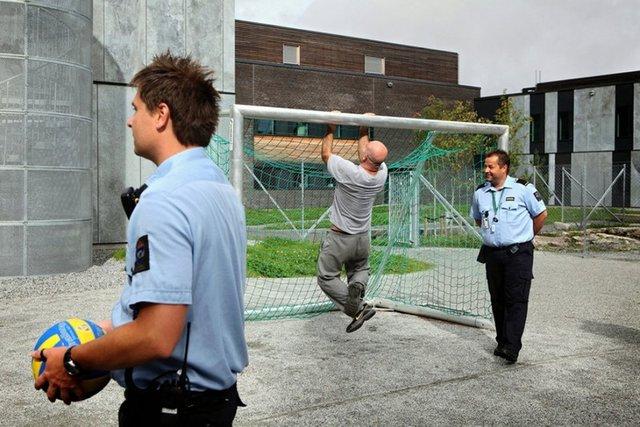 Як живуть мешканці найрозкішнішої в'язниці у світі - фото 356159