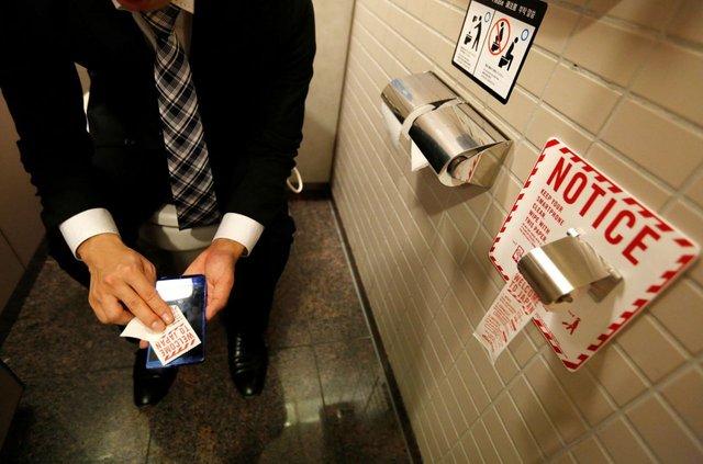 Користування смартфоном на унітазі підвищує ризик виникнення геморою - фото 356548