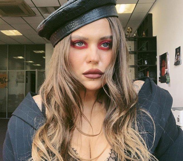 KAZKA обурила мережу своїм макіяжем - фото 356650