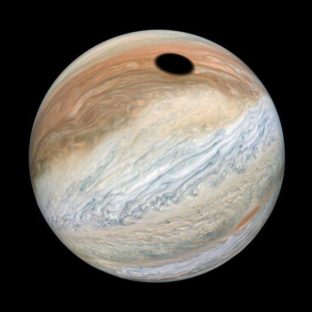 У NASA показали незвичайне фото Юпітера під час затемнення - фото 356670