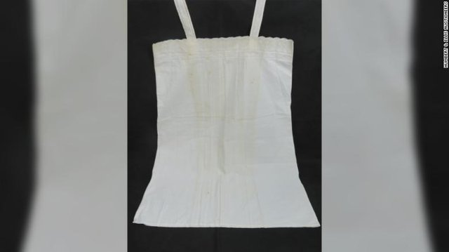 У Британії на аукціоні продали спальний комплект дружини Гітлера: фото - фото 356701