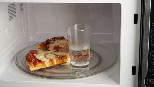 Навіщо треба обов'язково ставити склянку з водою у мікрохвильовку - фото 358213