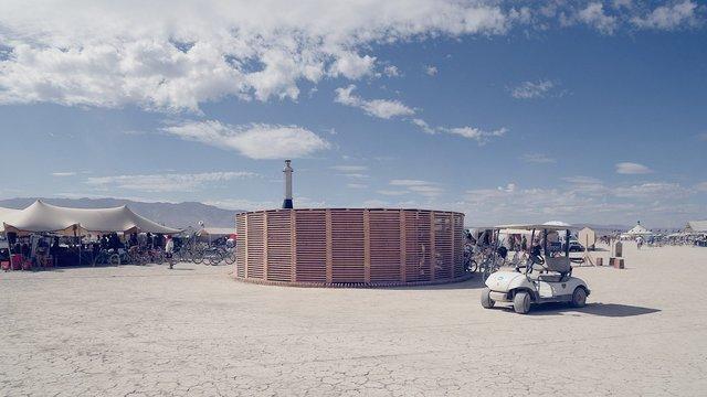 На фестивалі Burning Man побудували дерев'яну сауну: ефектні фото - фото 358741