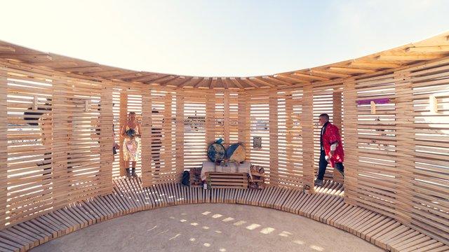 На фестивалі Burning Man побудували дерев'яну сауну: ефектні фото - фото 358742