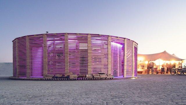 На фестивалі Burning Man побудували дерев'яну сауну: ефектні фото - фото 358744