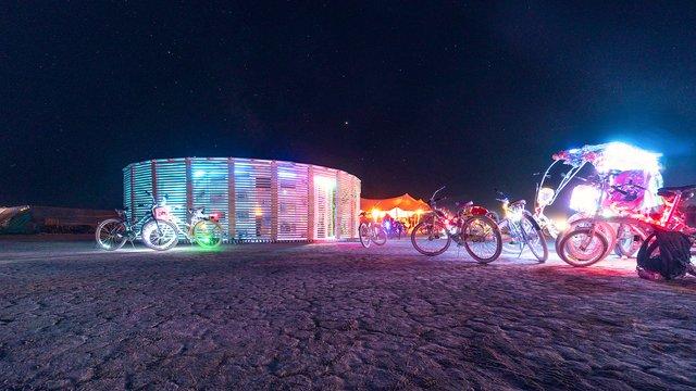 На фестивалі Burning Man побудували дерев'яну сауну: ефектні фото - фото 358746