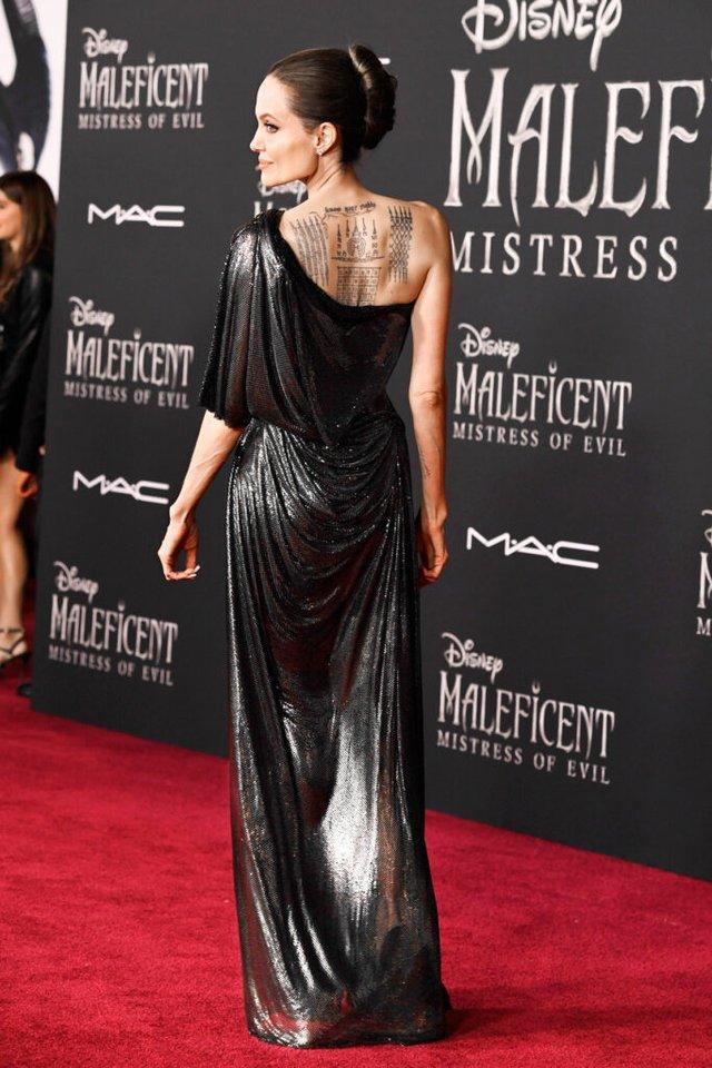 Анджеліна Джолі спокусливо оголила спину у шикарній сукні - фото 358895