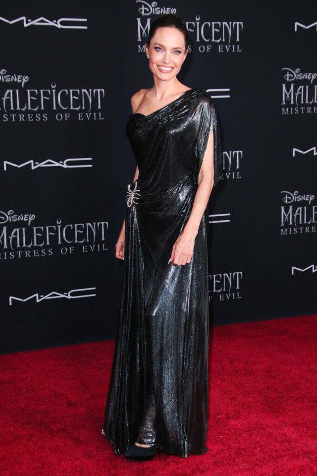 Анджеліна Джолі спокусливо оголила спину у шикарній сукні - фото 358896