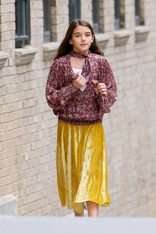 Донька Тома Круза прогулялася в яскравому вбранні по Нью-Йорку - фото 359370
