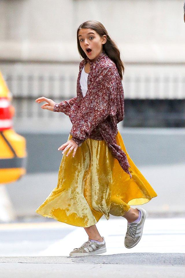 Донька Тома Круза прогулялася в яскравому вбранні по Нью-Йорку - фото 359371