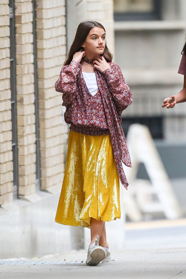 Донька Тома Круза прогулялася в яскравому вбранні по Нью-Йорку - фото 359373