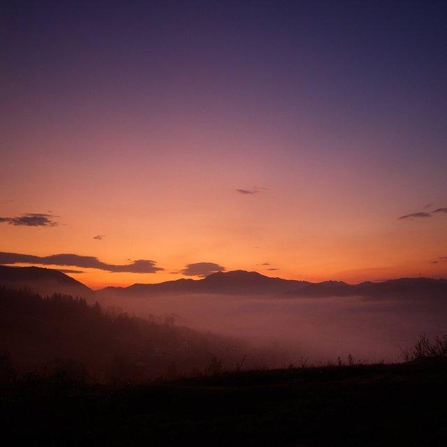 Осінній ранок у Карпатах: приголомшливі фото гір, які надихнуть вас на подорож - фото 359429