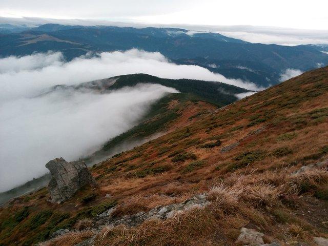Осінній ранок у Карпатах: приголомшливі фото гір, які надихнуть вас на подорож - фото 359435
