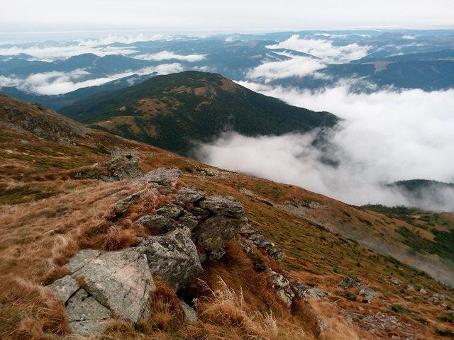 Осінній ранок у Карпатах: приголомшливі фото гір, які надихнуть вас на подорож - фото 359436