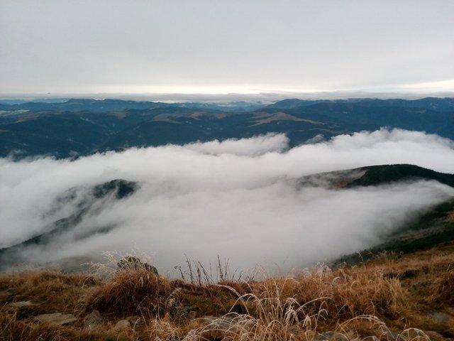 Осінній ранок у Карпатах: приголомшливі фото гір, які надихнуть вас на подорож - фото 359437
