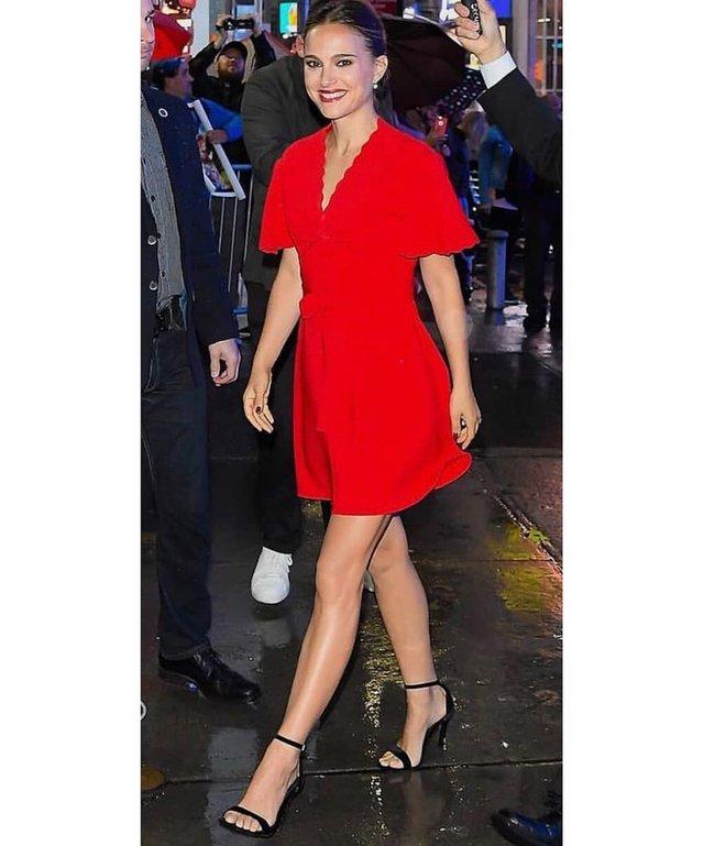 Наталі Портман похвалилася шикарною фігурою в червоній сукні - фото 359579