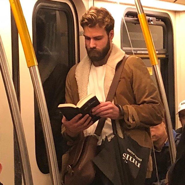 Читати – сексуально: цей профіль з чоловіками підкорює Instagram - фото 360312