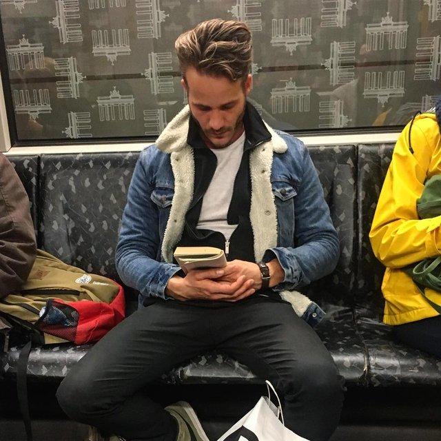 Читати – сексуально: цей профіль з чоловіками підкорює Instagram - фото 360316