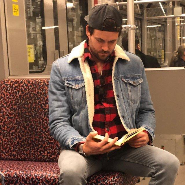 Читати – сексуально: цей профіль з чоловіками підкорює Instagram - фото 360319