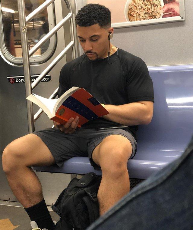 Читати – сексуально: цей профіль з чоловіками підкорює Instagram - фото 360324