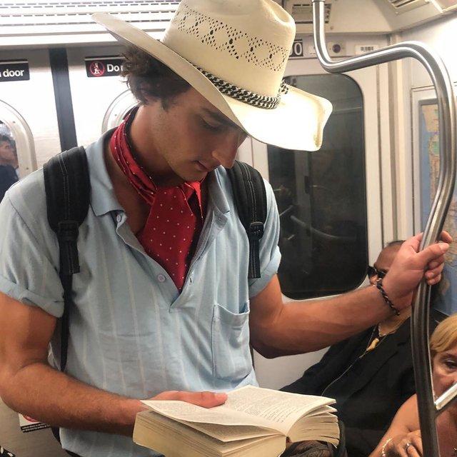 Читати – сексуально: цей профіль з чоловіками підкорює Instagram - фото 360327