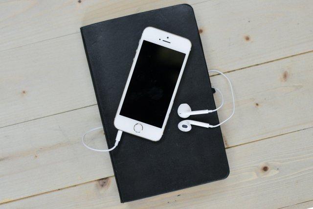 Скільки годин можна слухати музику в навушниках - фото 360339