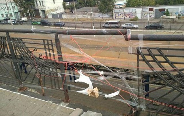 У Києві 'відремонтували' міст скотчем і нитками: фотофакт - фото 360627