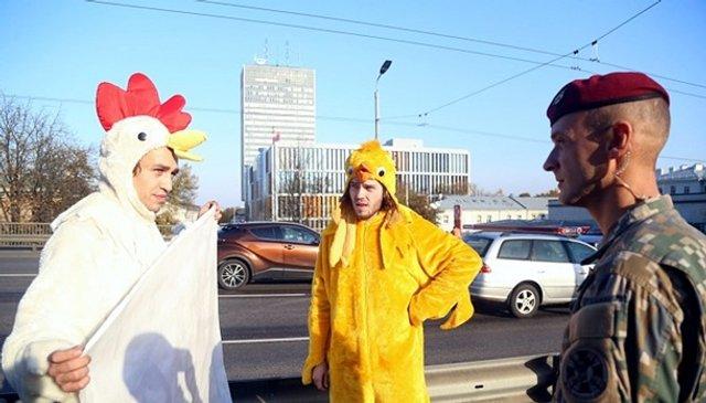 Зеленського в Ризі зустріли хлопці в костюмах курей - фото 361930