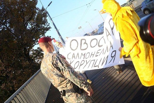 Зеленського в Ризі зустріли хлопці в костюмах курей - фото 361931