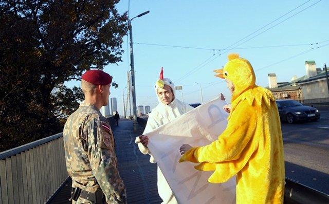 Зеленського в Ризі зустріли хлопці в костюмах курей - фото 361932