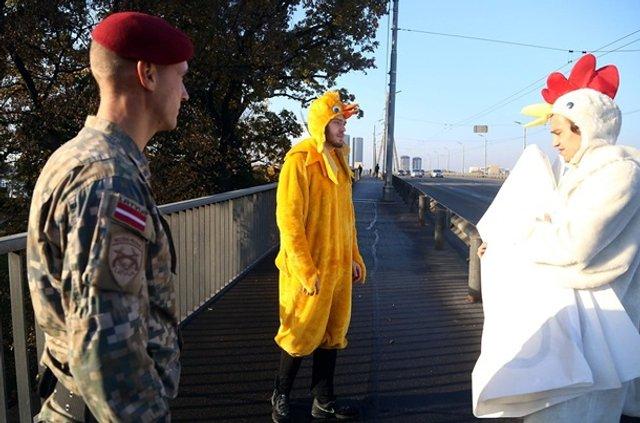 Зеленського в Ризі зустріли хлопці в костюмах курей - фото 361933