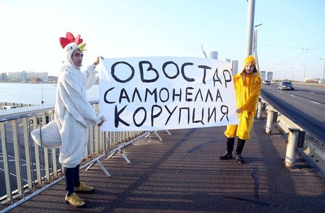Зеленського в Ризі зустріли хлопці в костюмах курей - фото 361934