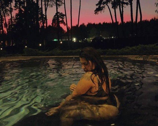 Солістка групи KAZKA засвітила пишні сідниці у басейні - фото 362051