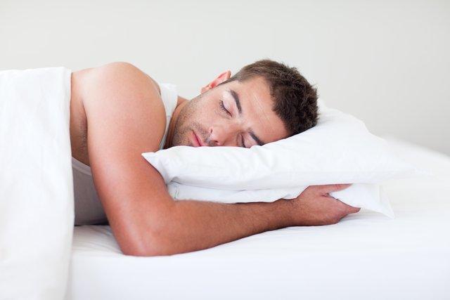 Сон на животі може стати причиною появи болю у спині - фото 362099