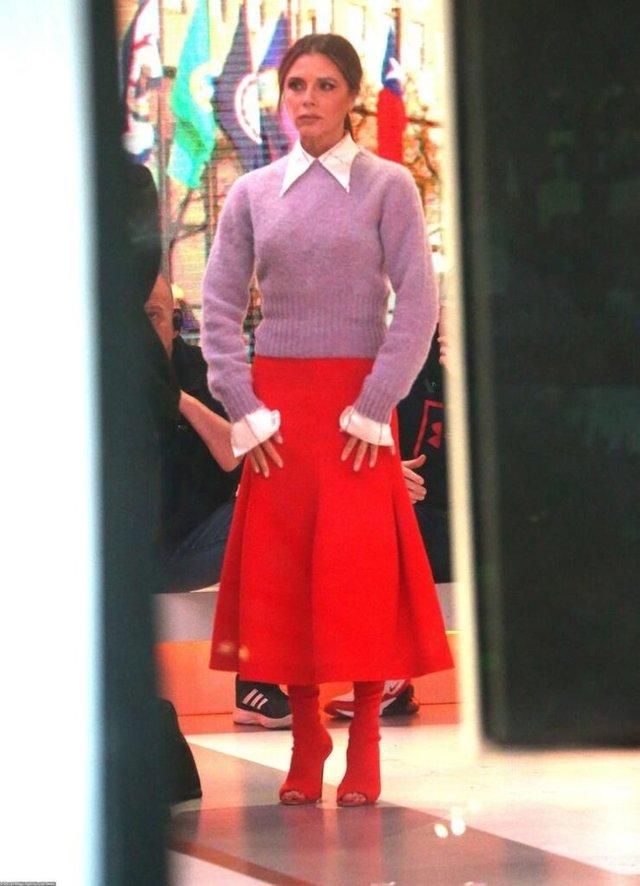 Вікторія Бекхем вийшла у світ в образі школярки - фото 362291