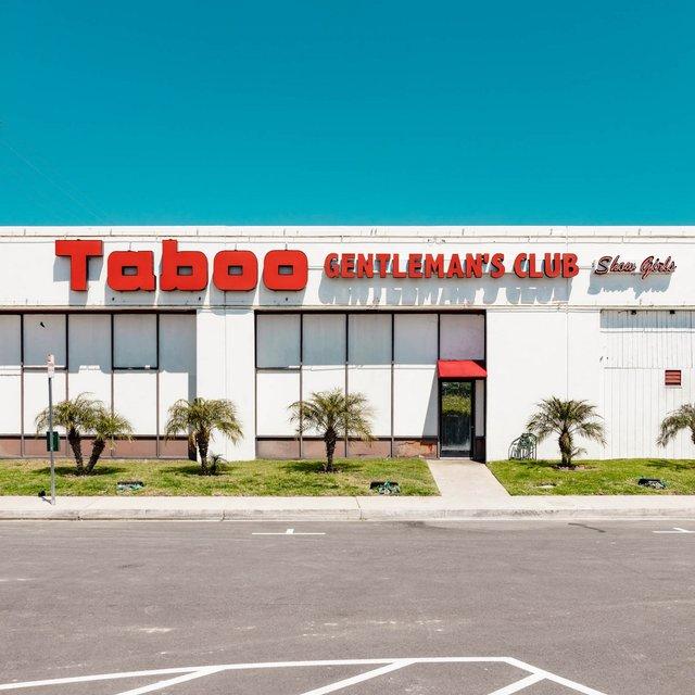 Як виглядають придорожні стрип-клуби у США: яскравий фотопроєкт - фото 363219