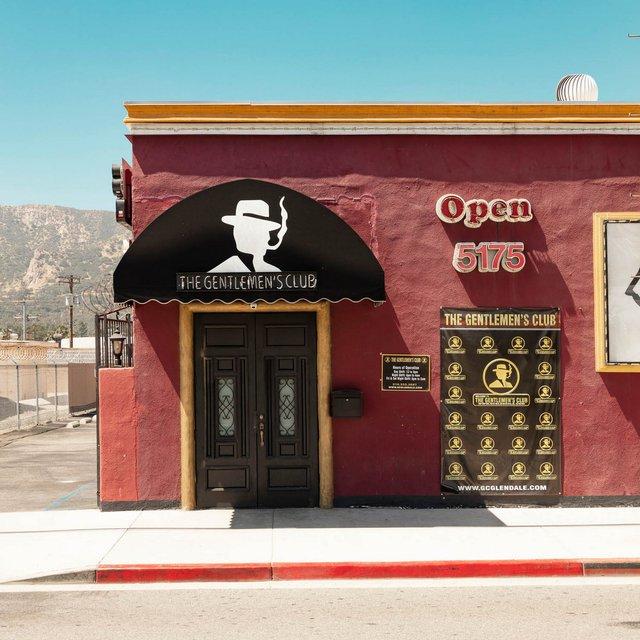 Як виглядають придорожні стрип-клуби у США: яскравий фотопроєкт - фото 363221