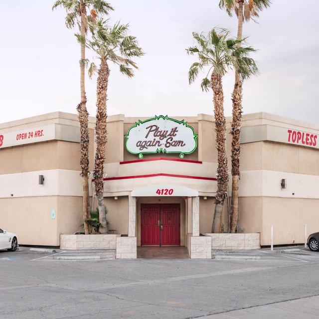 Як виглядають придорожні стрип-клуби у США: яскравий фотопроєкт - фото 363229