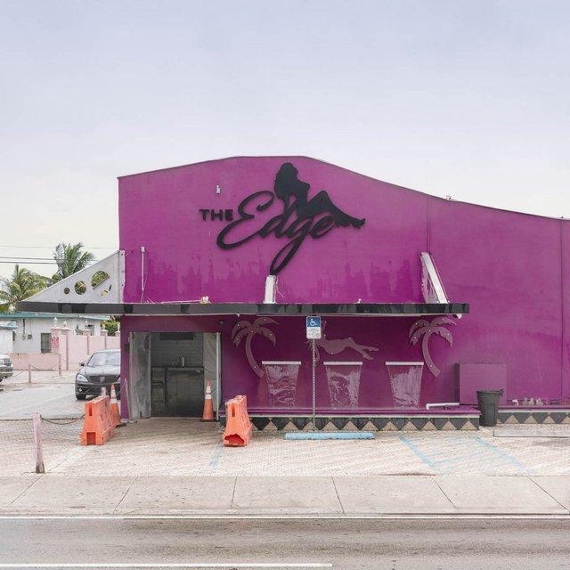 Як виглядають придорожні стрип-клуби у США: яскравий фотопроєкт - фото 363235