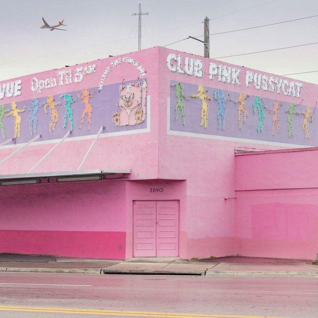 Як виглядають придорожні стрип-клуби у США: яскравий фотопроєкт - фото 363236