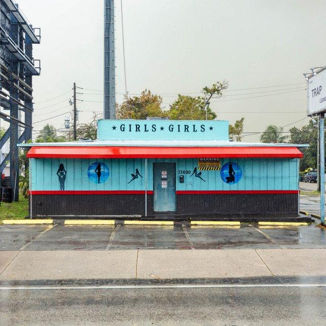 Як виглядають придорожні стрип-клуби у США: яскравий фотопроєкт - фото 363239